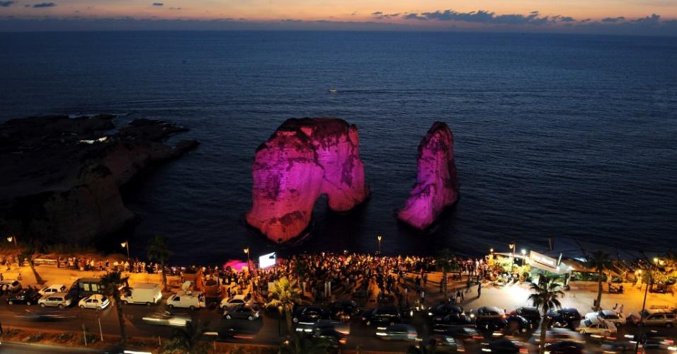 6out2012---ativistas-libaneses-iluminaram-pedra-localizada-no-bairro-de-raouche-durante-evento-contra-o-cancer-de-mama-realizado-em-beirute-libano-a-acao-foi-organizada-pela-associacao-libanesa-de-1349556224541_956x500